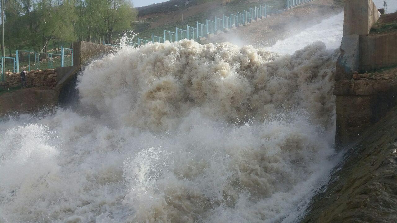 قطع شدن انتقال آب از زاینده رود توسط مردم